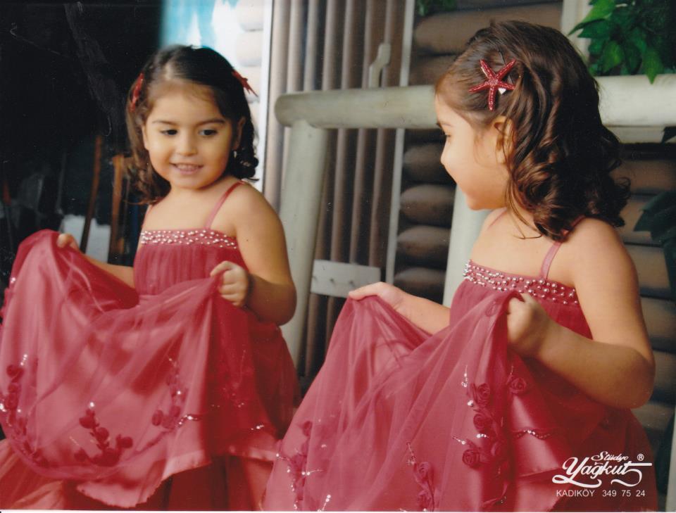 Kız çocuğu kırmızı elbise