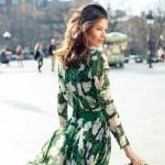 Çiçek desenli yırtmaçlı yeşil elbise